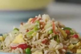 bbc翻车式蛋炒饭教程,加蒜姜还不洗米,饭熟了用水冲